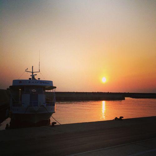 春の夕日、桑川港